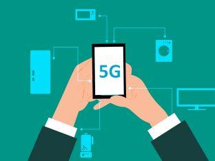 dłonie trzymające telefon z napisem 5G