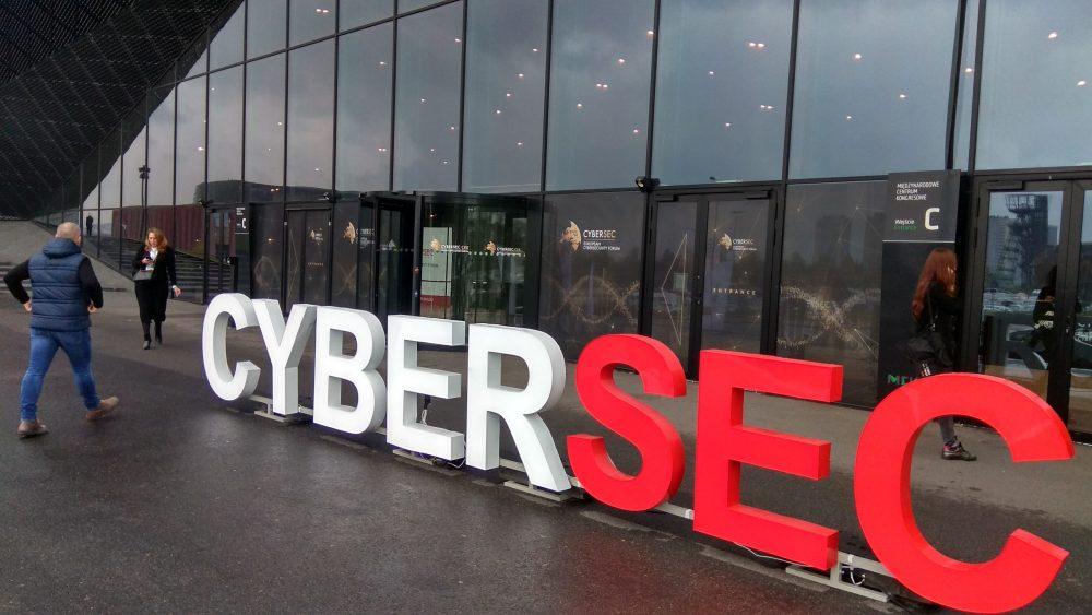 """Międzynarodowe Centrum Kongresowe w Katowicach, przed nim duże litery """"Cybersec"""""""