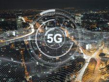 grafika - napis 5G na tle miasta