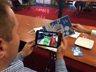 mężczyzna trzymający w dłoni tablet z aplikacją AR