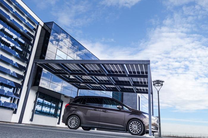 samochód pod zadaszeniem z panelami słonecznymi
