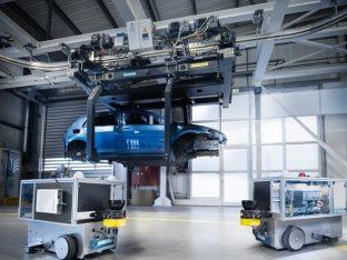 roboty mobilne poruszające się w pobliżu transportowanej karoserii pojazdu