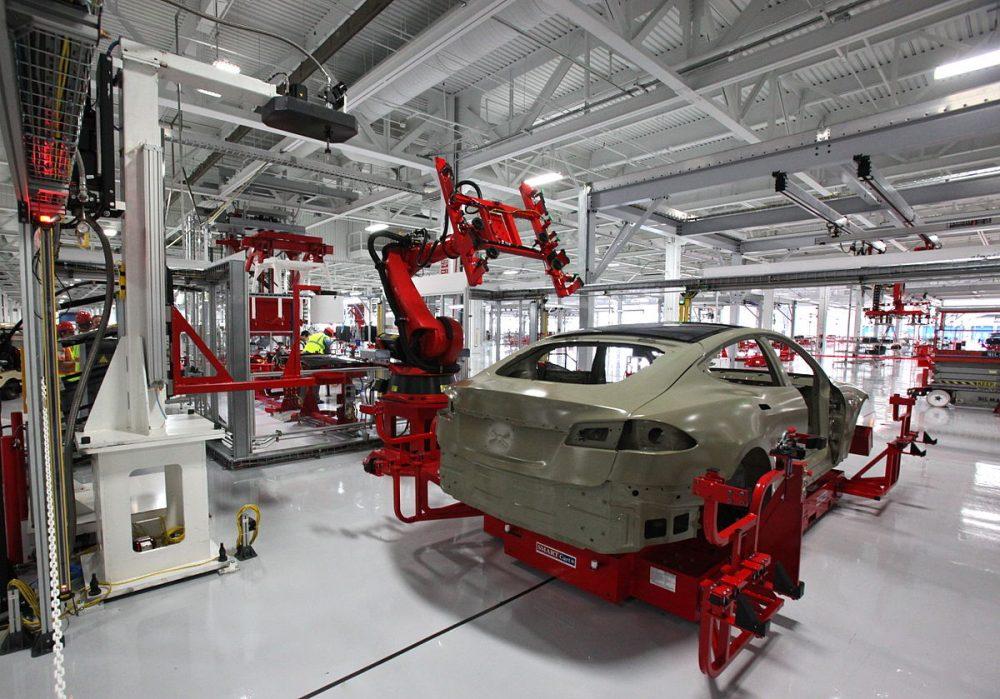 roboty pracujące przy poszyciu samochodu