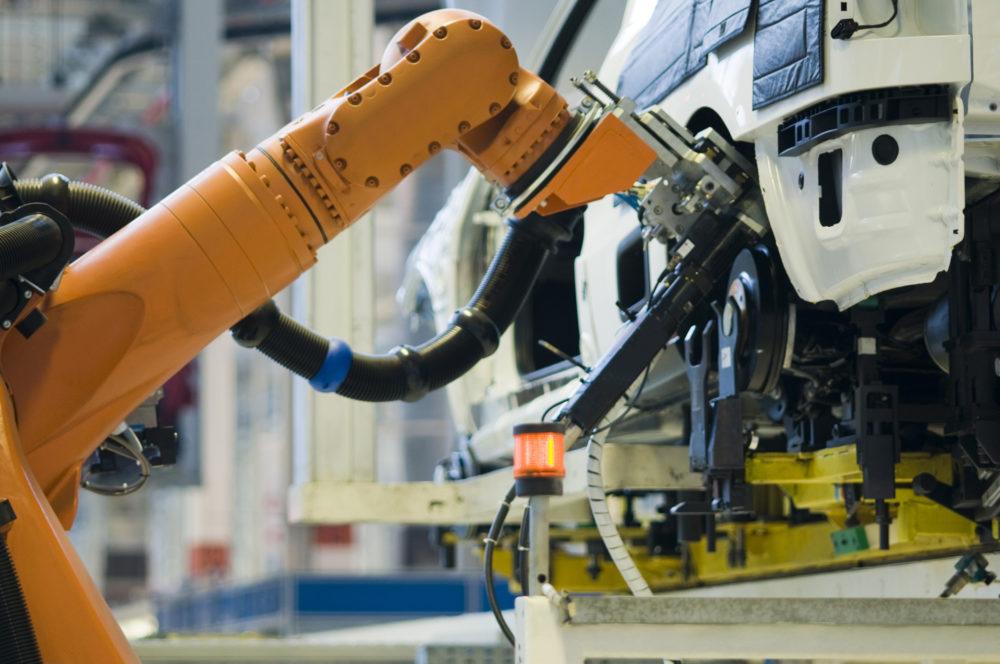 Robot-ramię składający zawieszenie/koło samochodu.