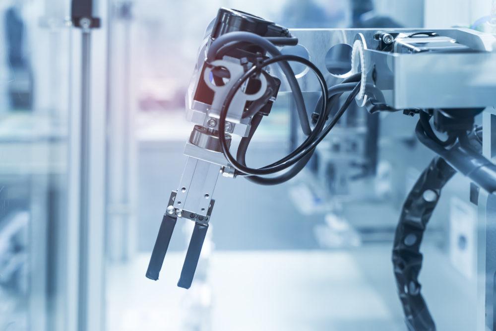 robotyczne ramię w fabryce
