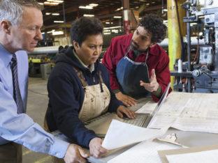 pracownicy przeglądający dokumenty