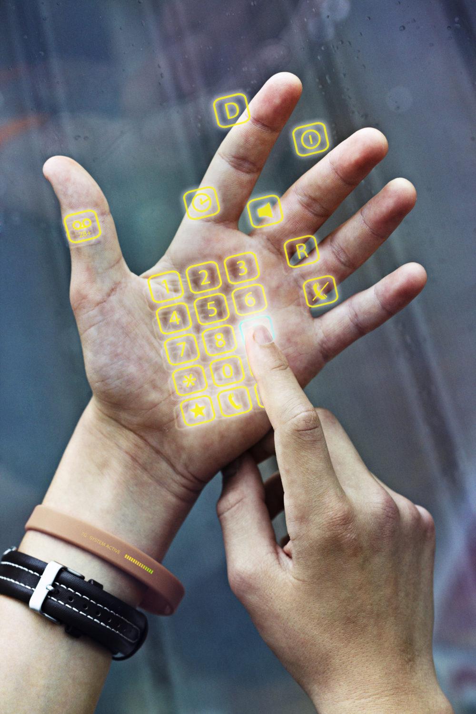 wirtualna klawiatura wyświetlona na dłoni