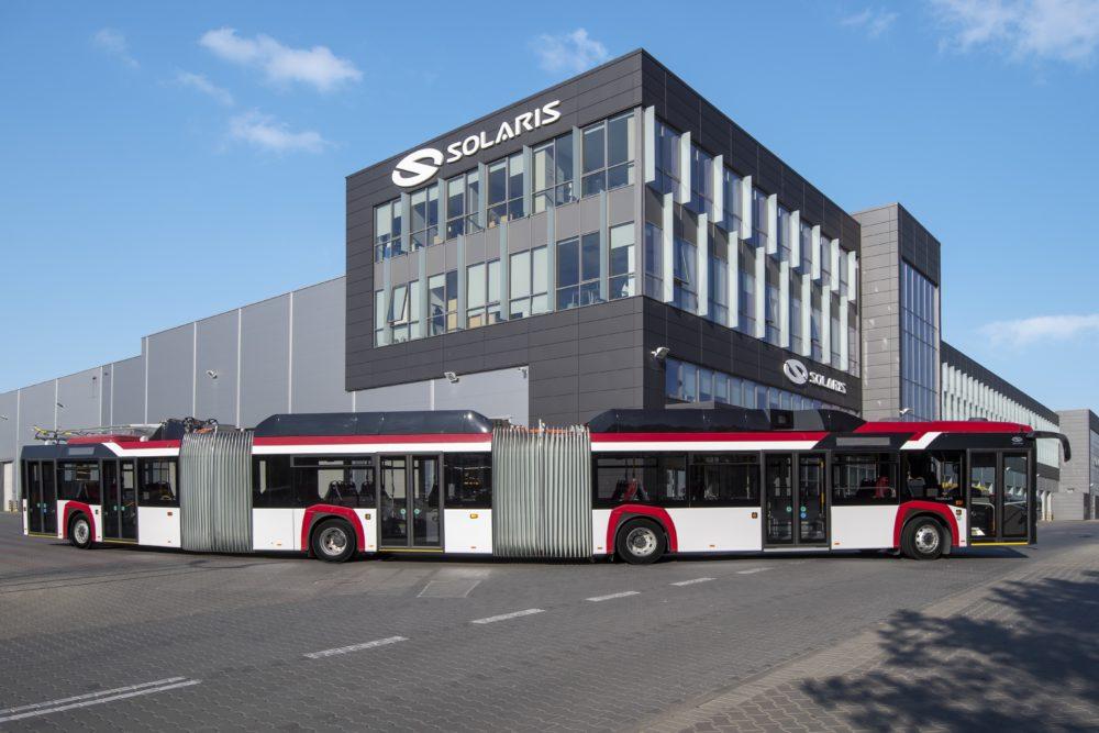 autobus solaris; w tle zakład firmy