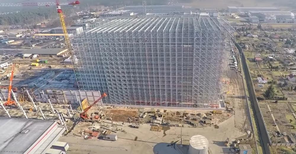 magazyn wysokie składaowania w czasie budowy