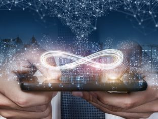 telefon trzymany w dłoniach, nad ekranem widoczny symbol nieskończoności