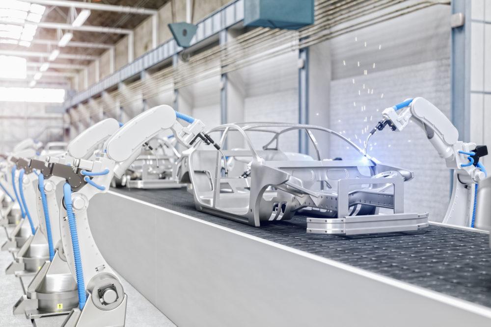 roboty przemysłowe przy linii produkcyjnej