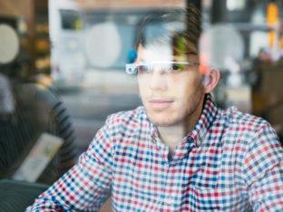 mężczyzna w okularach AR