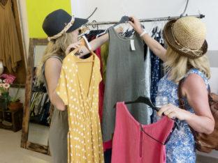 kobiety w sklepie odzieżowym