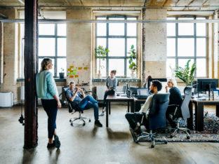 spotkanie pracowników w biurze