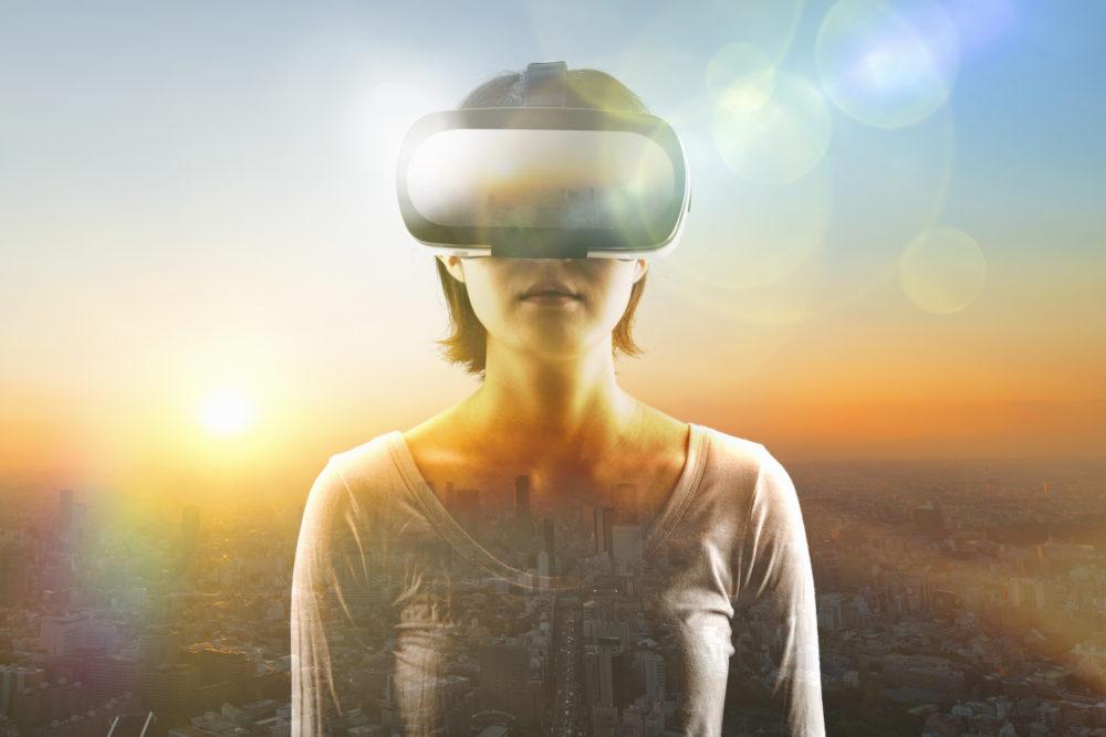 kobieta z zestawem VR