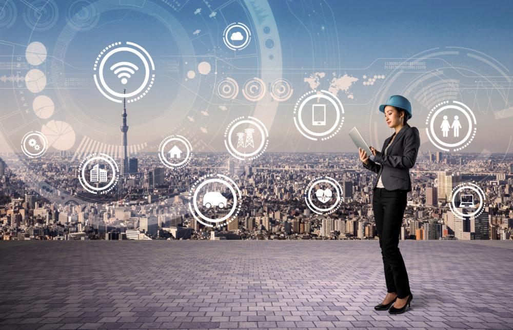 inżynier na tle smart city