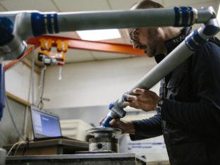 technik sprawdzający działanie robota