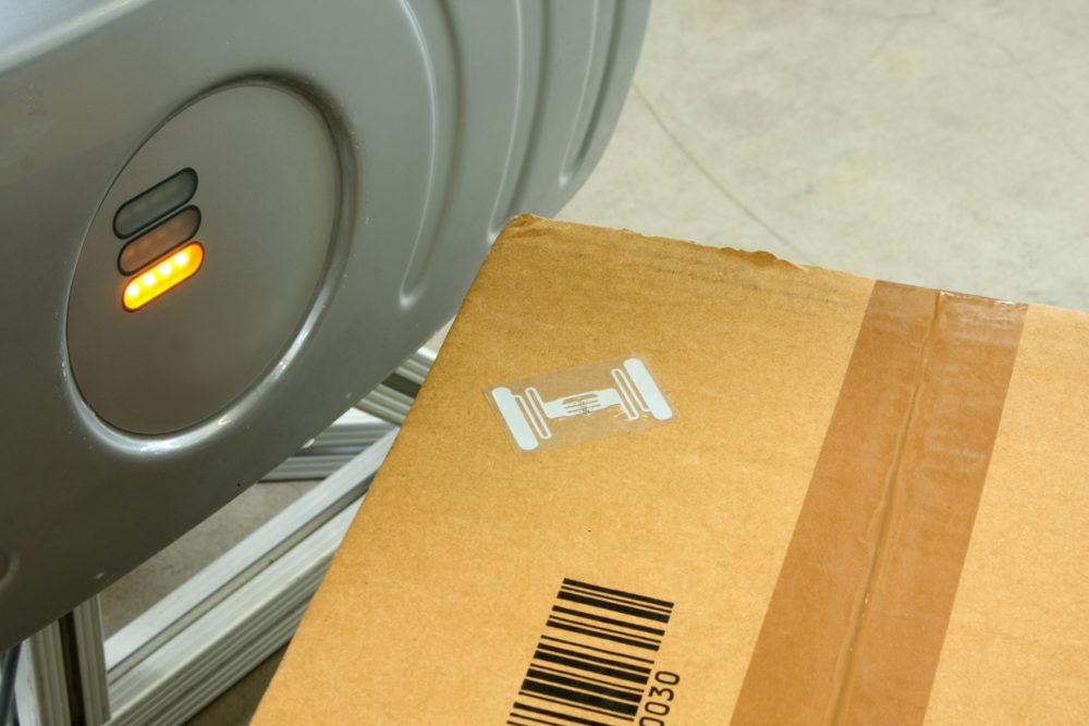 pudełko z kodem kreskowym i tagiem RFID