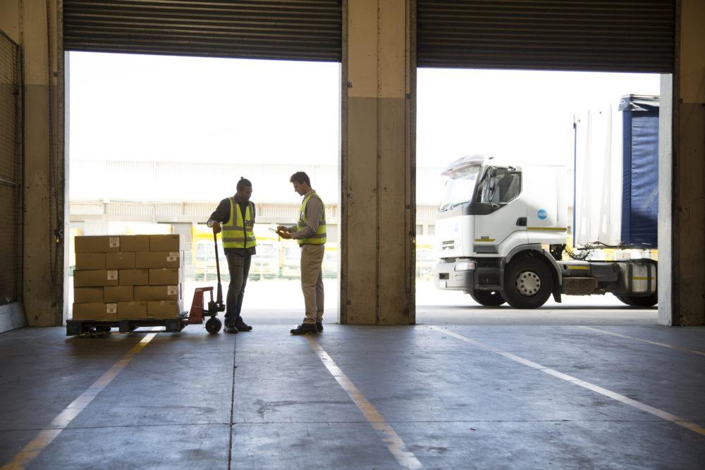 pracownicy przy ciężarówce