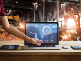 inżynier używający laptopa