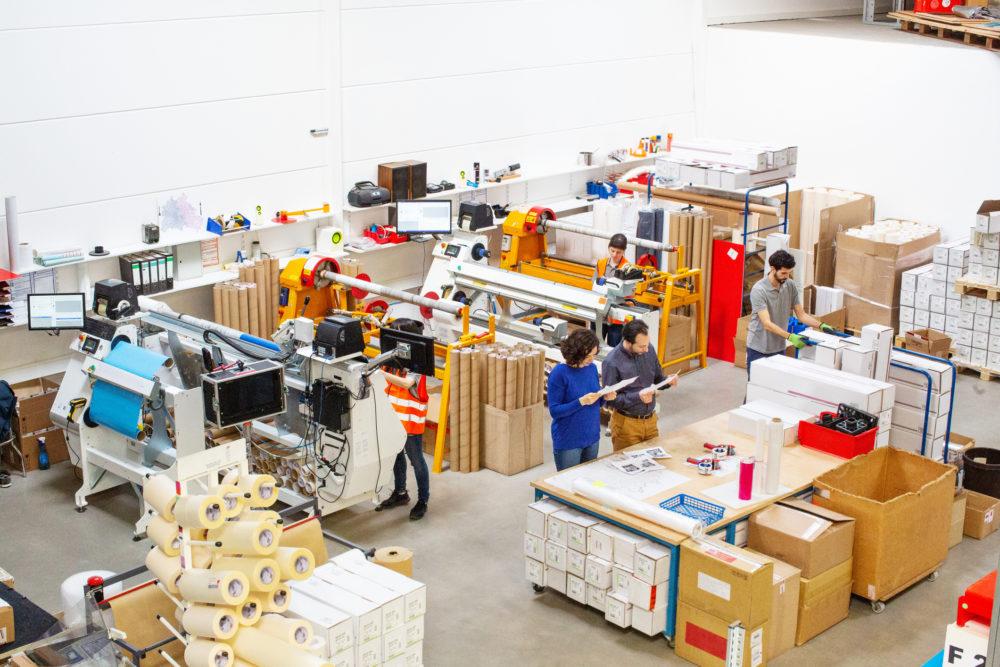 ludzie pracujący w fabryce