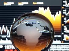 szklany globus na tle wykresów
