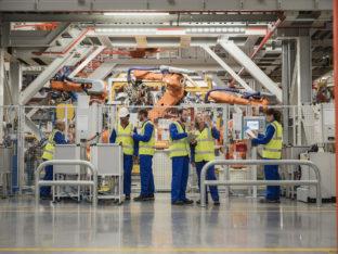 Grupa pracowników w fabryce