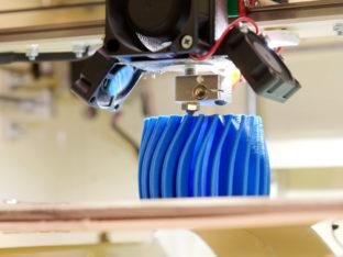 drukarka 3D w czasie pracy