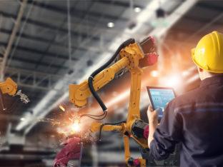 Inżynier korzystający z tabletu do kontrolowania robota
