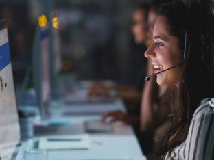 kobieta rozmawiająca przy komputerze