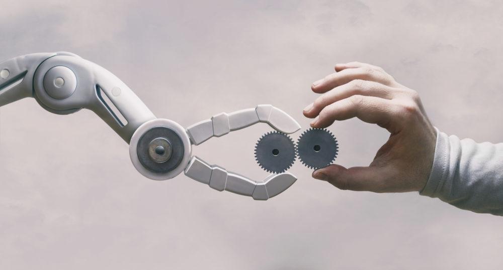 robot i człowiek pracujący razem