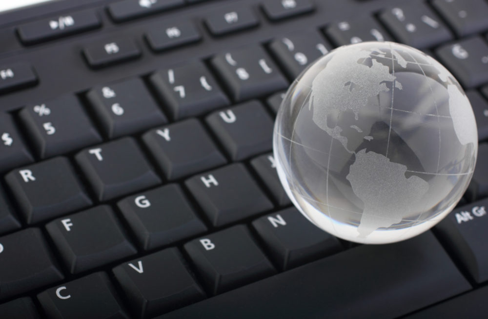 szklany globus na klawiaturze