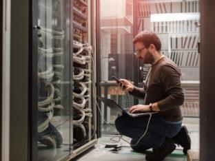 inżynier w serwerowni