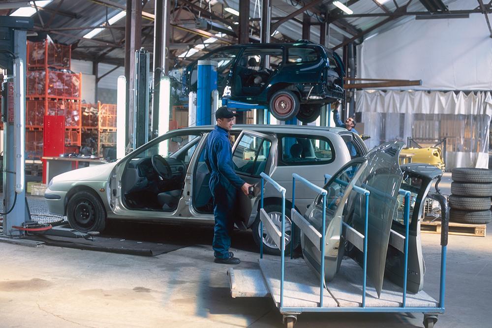 pracownik fabryki samochodów